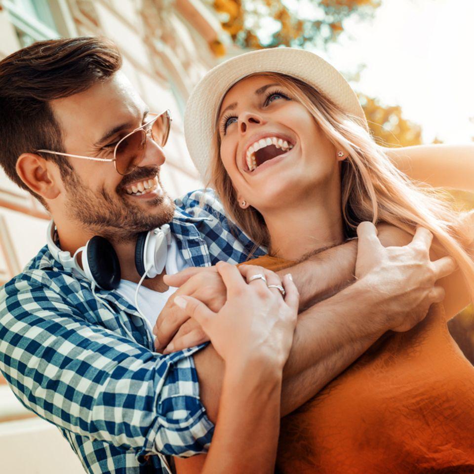 Glückliche Beziehung: Glückliches lächelndes Paar