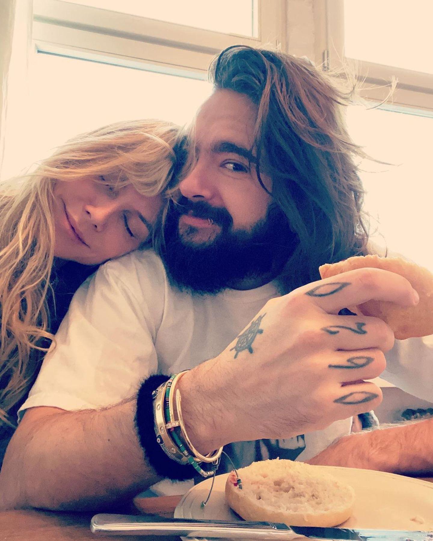 11. November 2020  Heidi Klum und Tom Kaulitz starten in einen neuen Tag in Berlin, aber dafür müssen die beiden erst mal richtig wach werden.Mit zerzauster Wuschelmähne kuschelt sich Schlafnase Heidi beim Frühstück an ihren Ehemann und würde wohl lieber noch ein Ründchen träumen.