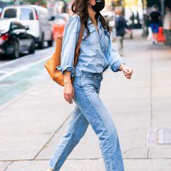 Style-Queen Katie Holmes begeistert mal wieder mit ihrem Streetstyle: Die Kombi aus Denim-Bluse und lässiger Jeans sieht einfach stylisch aus. Jeans mit Jeans zu kombinieren ist nämlich eine der Königsdisziplinen in der Mode. Dazu trägt sie angesagte Sandaletten in knalligem Gelb mit quadratischer Spitze – noch ein Mega-Trend des Jahres. Ein toller Look durch und durch!