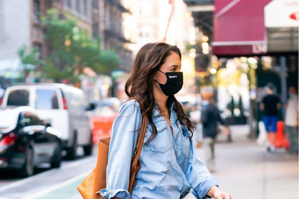 Style-Queen Katie Holmes begeistert mal wieder mit ihrem Streetstyle: Die Kombi aus Denim-Bluse und lässiger Jeans sieht einfach stylisch aus. Jeans mit Jeans zu kombinieren ist nämlich eine der Köngisdisziplinen in der Mode. Dazu trägt sie angesagte Sandaletten mit quadratischer Spitze – noch ein Mega-Trend des Jahres. Ein toller Look durch und durch!