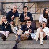 """Die erfolgreiche US-Jugendserie """"Gossip Girl"""" bekommt eine Fortsetzung, die Dreharbeiten haben bereits begonnen.Fans können sich somit auf eine weitere Portion Glamour sowie neue Intrigen und Affären im Leben einer Clique reicher Teenager in New Yorks Upper East Side freuen. Allerdings überrascht der Serien-Reboot mit einer neuen Generation an Schauspielern. Wir sind gespannt wer in die Fußstapfen von """"Serena van der Woodsen"""" und Co. tritt."""