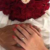 Ein Verlobungsfotomit Ring und Rosen rundetdie schönen Erinnerungen an ihren unvergesslichen Tag ab.