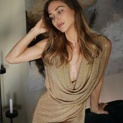 Auch wenn dieses Jahr alles etwas anders ist, freuen wir uns trotzdem auf die festlichen Tage mit Outfits, die aus der Reihe tanzen. Eine passende Kleid-Inspiration liefert uns die frisch gebackene Mama Ann-Kathrin Götze auf Instagram. In einem goldenen Glitzer-Kleid mit tiefen Wasserfallausschnitt des Luxus-Labels Fendi lässt die 30-Jährige ganz schön tief blicken. Ihre Fans finden den Look jedenfalls super und auch wir bekommen Lust auf Glitzer, Pailletten, Samt und fanz viel Glamour.