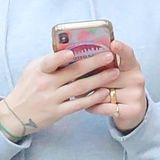 Anstatt auf einen Eternity-Ring mit großen Diamanten zu setzen, trägt Scarlett Johansson einen schlichten Goldring am linken Ringfinger.