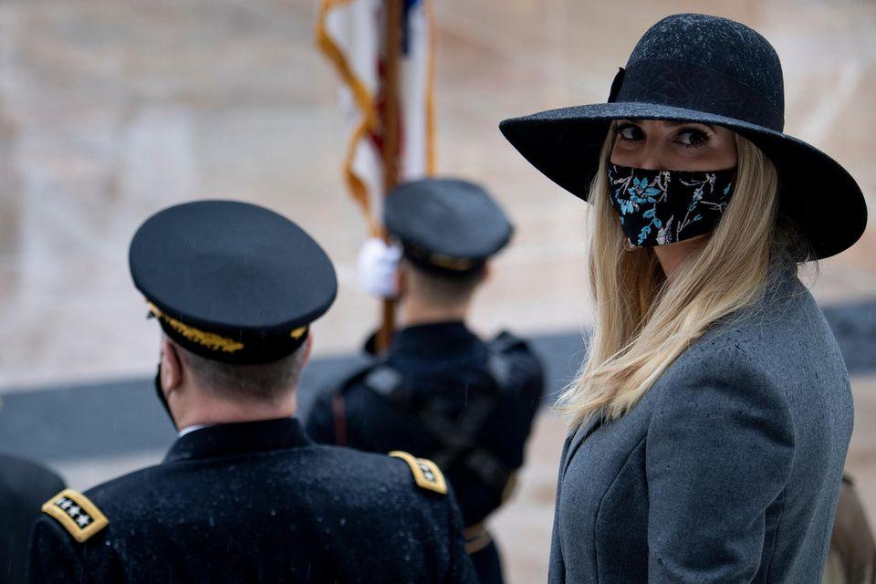 Ivanka Trump trägt Maske.