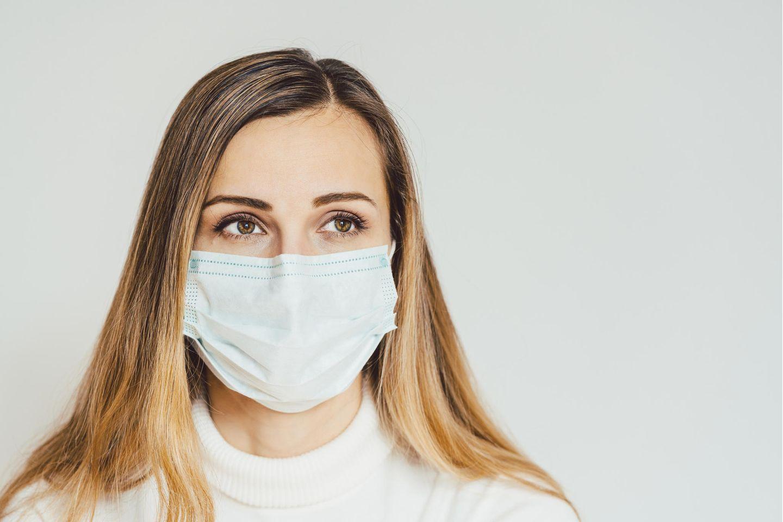 Atemschutzmaske, Schutzmaske, Mundschutzmaske, Gesichtsmaske, junge Frau mit Maske
