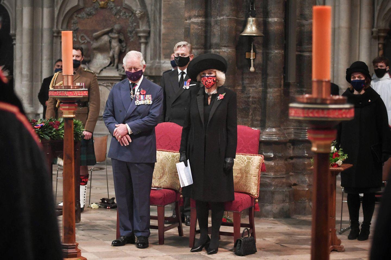 """11. November 2020  Prinz Charles undHerzogin Camilla gedenken ambritischen""""Remembrance Day"""" der gefallenen Soldaten im Ersten Weltkrieg. Beginnend mit einer Schweigeminute nehmen sie amGottesdienst zum 100. Jahrestag der Beisetzung des unbekannten Soldaten in Westminster Abbey in London teil. Angesichts der Corona-Pandemie finden die Feierlichkeitenim kleinen Kreise statt, doch dies ist nicht die einzige Besonderheit:Auch auf das Singen der Nationalhymne, mit der die Zeremonie traditionell beendet wird, muss bei dieser Gedenkfeier wegen erhöhter Aerosolbelastung verzichtet werden. Denn auch wenn sich Herzogin Camilla, die mit ihrer Poppy-Maske ein starkes Zeichen setzt, sowie alle anderen Anwesenden an die Hygienevorschriften halten, sicher ist sicher!"""