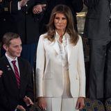 Auch Melania Trump wählte im Januar 2018 einen weißen Hosenanzug als Zeichen für die Frauenbewegung.Der weiße Hosenanzug von Dior und die Bluse von Dolce & Gabbana sind allerdings eher basic – ein eher schlichter Look für Melanias Verhältnisse. Von ihr sind wir eigentlich mehr gewohnt ...