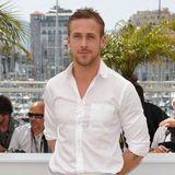 Genau zehn Jahre ist es her, dass Schauspieler Ryan Gosling hier mit den Armen hinterm Rücken verschränkt, einem leicht verschmitzten Lächeln auf den Lippen und in einem schlichten, weißen Hemd für die Fotografen posiert. Zehn Jahre, in denen sich der Mann von Eva Mendes - optisch gesehen - einfach überhaupt nicht verändert hat. Der Beweis dafür? Schauen Sie selbst ...