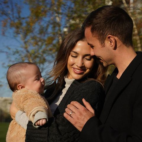 11. November 2020  Seit Juni ist der kleine Rome auf der Welt und bezaubertAnn-Kathrin und Mario Götze, die in ihrer neuen Elternrolle sichtlich aufgehen. Auf Instagram teilen sie ihr Glück mit einem neuen Familienfoto.