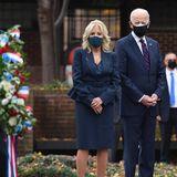 Zum Veteranentag im Korean War Memorial Park in Philadelphia zeigensich die zukünftige First Lady Jill Biden und ihr Mann Joe Biden, designierter US-Präsident, in tiefer Anteilnahme. Passend dazu wählt die 69-Jährige einen schlichten, dunklen Zweiteiler bestehend aus einem Rock, einem Seidentop und einem Blazer mit Schößchen sowieTaillengürtel in Dunkelblau. Letztererzaubert der zukünftigen First Lady eine wunderbare Silhouette und grazile Beine. Woran das liegt? Der Vorteil von einem Schößchen ist, dass es den Körper perfekt unterteilt.Die richtige Höhe des Stücks Extrastoff liegt demnach zwischen Taille und Po.