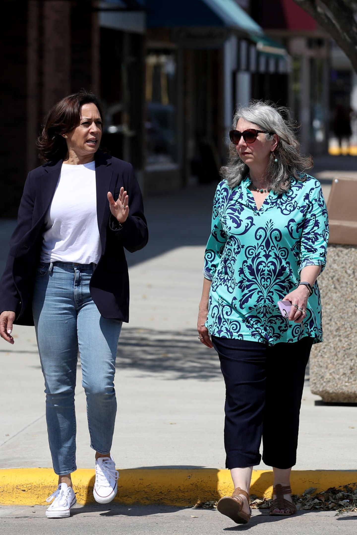 Zum schlichten weißen Shirt und einerJeans in heller Waschung, wählt die zukünftige Vizepräsidentin der USA weiße Sneaker-Chucks und einen blauen Blazer. Kamala beweist damit einmal mehr: Sie kann auch Casual.