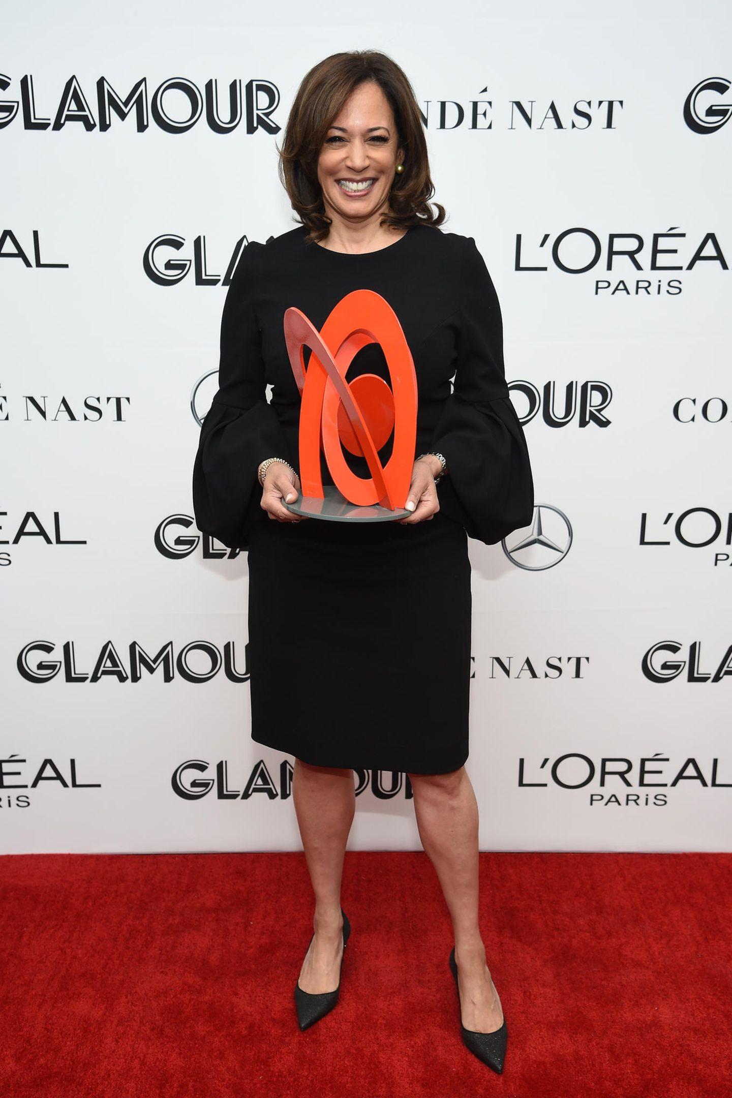 """Bei denGlamour """"Women Of The Year""""-Awards im November 2018 hat die zukünftige Vizepräsidentin allen Grund zum Strahlen. In einem schwarzen, knielangen Kleid mit Ballonärmeln nimmt sie die Auszeichnung als Frau des Jahres entgegen."""