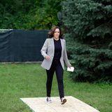 In Iowa dürfen Kamala Harris'Lieblingssneaker von Converse nicht fehlen, aber auch mit ihrer Outfitwahl beweist sie modische Raffinesse. Die dunkle Hose und das farblich passende Shirt zaubern der Politikerin eine schlanke Silhouette, die von dem taillierten grauen Blazer noch unterstützt wird.