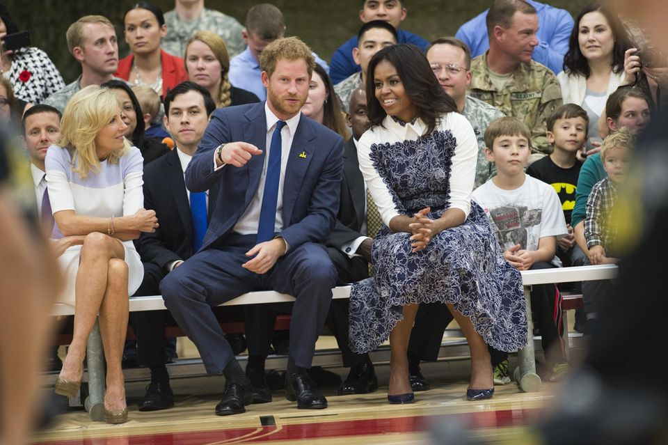"""Jill Biden, Prinz """"Hahn im Korb"""" Harry und Michelle Obama verfolgen im Oktober 2015 ein Basketball-Match."""