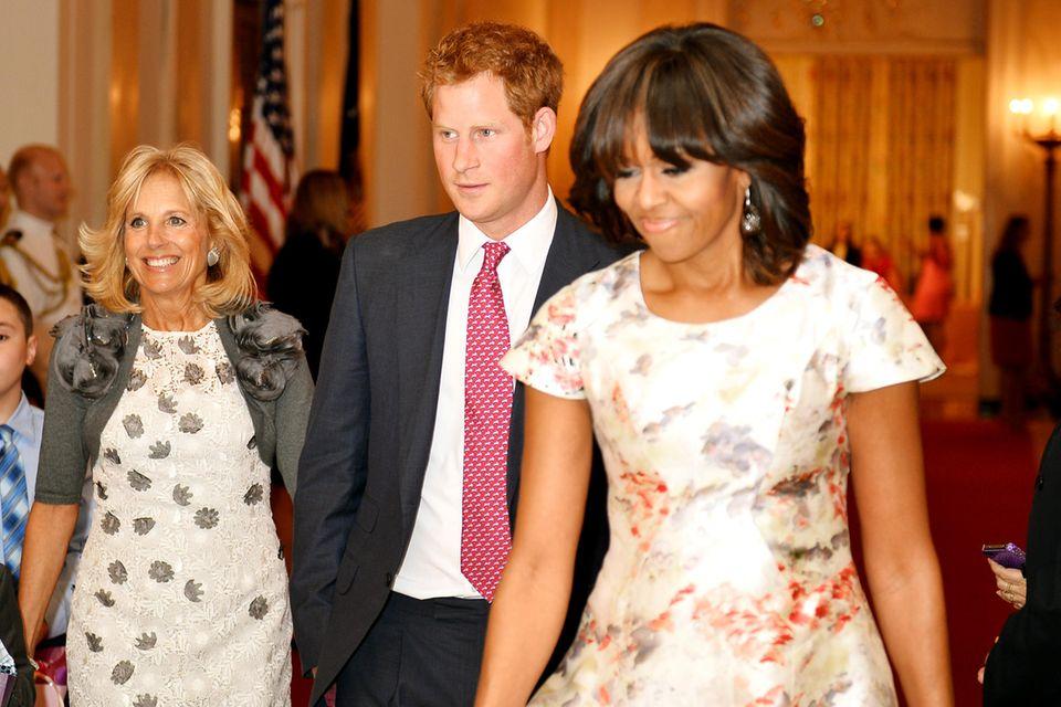 Jill Biden und Prinz Harry bei ihrem erstengemeinsamenTermin im Mai 2013 in Washington. Mit dabei: Michelle Obama.