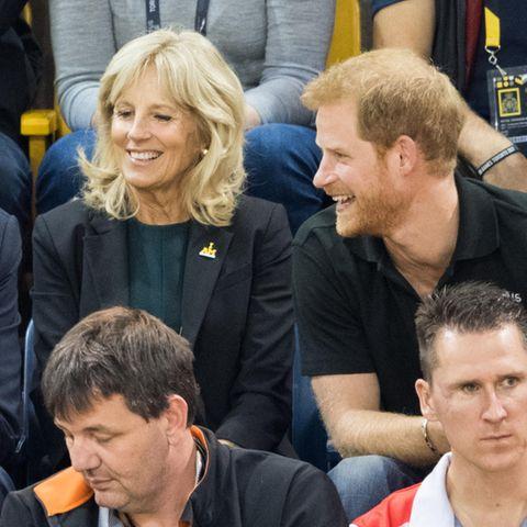 """Joe Biden, Jill Biden und Prinz Harry amüsieren sich im September 2017 bei den """"Invictus Gamaes"""" in Toronto."""