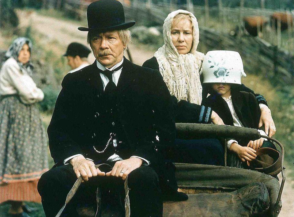 """Allan Edwall als Anton mitEmy Storm als Alma undJan Ohlsson als Michel in """"Michel in der Suppenschüssel"""" 1971"""