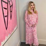 Ende August hat Emma Roberts ihre Schwangerschaft öffentlich bestätigt. Drei Monate später hat sich einiges getan. Im rosafarbenen Kleid, passend zum Kunstwerk, setzt die Schauspielerin ihre XXL-Kugel zauberhaft in Szene. Nicht das einzige Bild auf ihrem Intagram-Account, das uns aufmerken lässt...