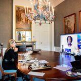 12. November 2020  Königin Máxima hält zwischen romantischen Ruinenbildern, klassischen Möbelstücken und einem knalligen Kronleuchter von Schloss Huis ten Bosch in Den Haag aus eine Ansprache zur Eröffnung des 37. ASEAN Women Leaders Summit.
