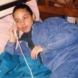 """Na, wen haben wir denn da? Das sieht doch nach Sängerin Alicia Keys aus – und zwar in ihrer Jugend. Damalswie heute sieht sie auch ohne Make-up einfach umwerfend aus. Dieses Foto hat Alicia Keys auf ihrem Instrgam-Account gepostet. Wie alt genau sie ist, verrät sie leider nicht. Zu dem Foto schreibt sie""""Hello? Can I speak to – to Michael?"""" – ein Zitat ausihremSong """"You Don't Know My Name"""" aus 2010. Vielleicht ein versteckter Hinweis?"""