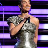 Heute kennen wir Alicia Keys so: Glamourös, selbstbewusst und super natürlich. Dem Make-up hat die 39-Jährige beinahe komplett abgeschworen und fokussiert sich hauptsächlich auf ihre Hautpflegeroutine. Und mal ehrlich,so eine schöne Haut wie die von Alicia Keys wünscht sich vermutlich jeder ...