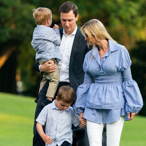 Jared Kushner und Ivanka Trump mit ihrn Söhnen Theodore (auf dem Arm) und Joseph (an der Hand)