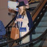 Auch Schauspielerin Jessica Alba zeigt sich am Flughafen mit der geräumigen Tasche des amerikanischen Labels. Sie kombiniert dazu einen Layering-Look bestehend aus einem Cardigan, einem Mantel und einer Lederleggings. Ein weiteres Accessoire-Highlight: ihr schicker Hut in Dunkelblau.