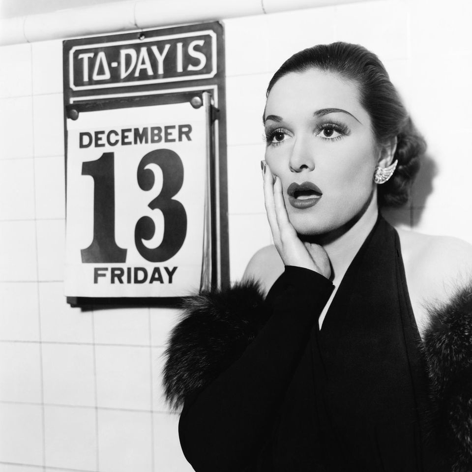 Frau vor einem Kalender