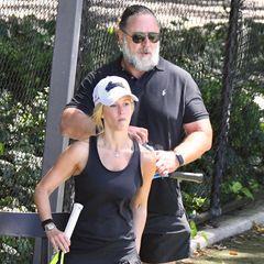 """11. November 2020  Gerüchten zufolge soll Russell Crowe wieder vergeben sein. Mit der 26 Jahren jüngeren Schauspielerin Britney Theriot wird Crowe turtelnd beim Tennisspielen gesichtet. Kennen tun sich Russell und Britney aber schon länger: Für den Film """"Broken City – Stadt des Verbrechens"""" standen sie 2013 gemeinsam vor der Kamera."""