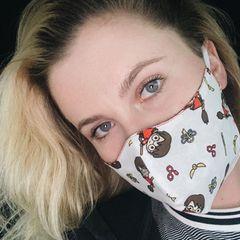 """""""Meine neue Maske ist die Beste"""", schreibt Ireland Baldwin begeistert zu ihrem drolligen """"Harry Potter""""-Mund-Nasen-Schutz. Doch dem entgegnet Mama Kim Basinger entschieden: """"Aber nur, wenn sie dreilagig ist... ansonsten ist sie Mist."""" Angesichts der ernsten Lage versteht ihre Mutter keinen Spaß, und Mütter haben ja meistens Recht."""