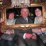 """Die """"Ideal Home Show"""" in London inspiriert Prinz Charles dazu, sich in einen Fotoautomaten zu drängen und mit zwei glücklichen Damen ablichten zu lassen."""
