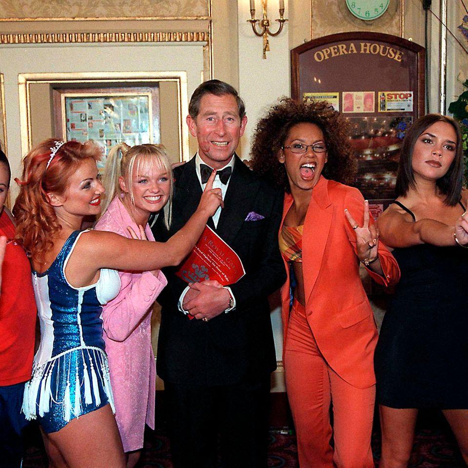 Spice-Girls-Fan: Charles fühlt sich sichtlich wohl in der Mädels-Gruppe.