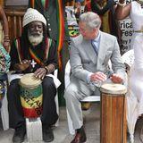 Darf in die Dorfband: Während seinerJamaica-Reise beweist Prinz Charles musikalisches Talent an der Trommel.