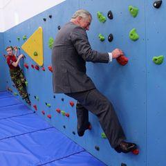 """Der Action-Prinz macht auch vor Kletterwänden nicht Halt und hangelt sich mit den Schülern der """"Grainville Secondary School"""" in St. Helier um die Wette."""