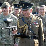Wenn der Prinz zum Paintballgewehr greift, dann gehen die Soldaten in Deckung.