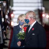Der britische Thronfolger und seine Ehefrau verlassen das Flugzeug mitMund-Nasen-Bedeckung und werden bei ihrer Ankunft in der Hauptstadtehrenvollbegrüßt. Es ist ihr erster Deutschlandbesuch seit Mai 2019.