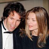 Michelle Pfeiffer und David E. Kelley  Michelle Pfeiffer und David E. Kelley sind bereits seit 27 Jahren verheiratet - eher eine Seltenheit in Hollywood.Die Schauspielerin und der Fernsehproduzent gebensich 1993 das Jawort und gehen seitdem glücklich vereint durchs Leben. Zusammen haben sie einen Sohn, John, sowie TochterClaudia, die Michelle bereits vor ihrer Beziehung adoptierte.