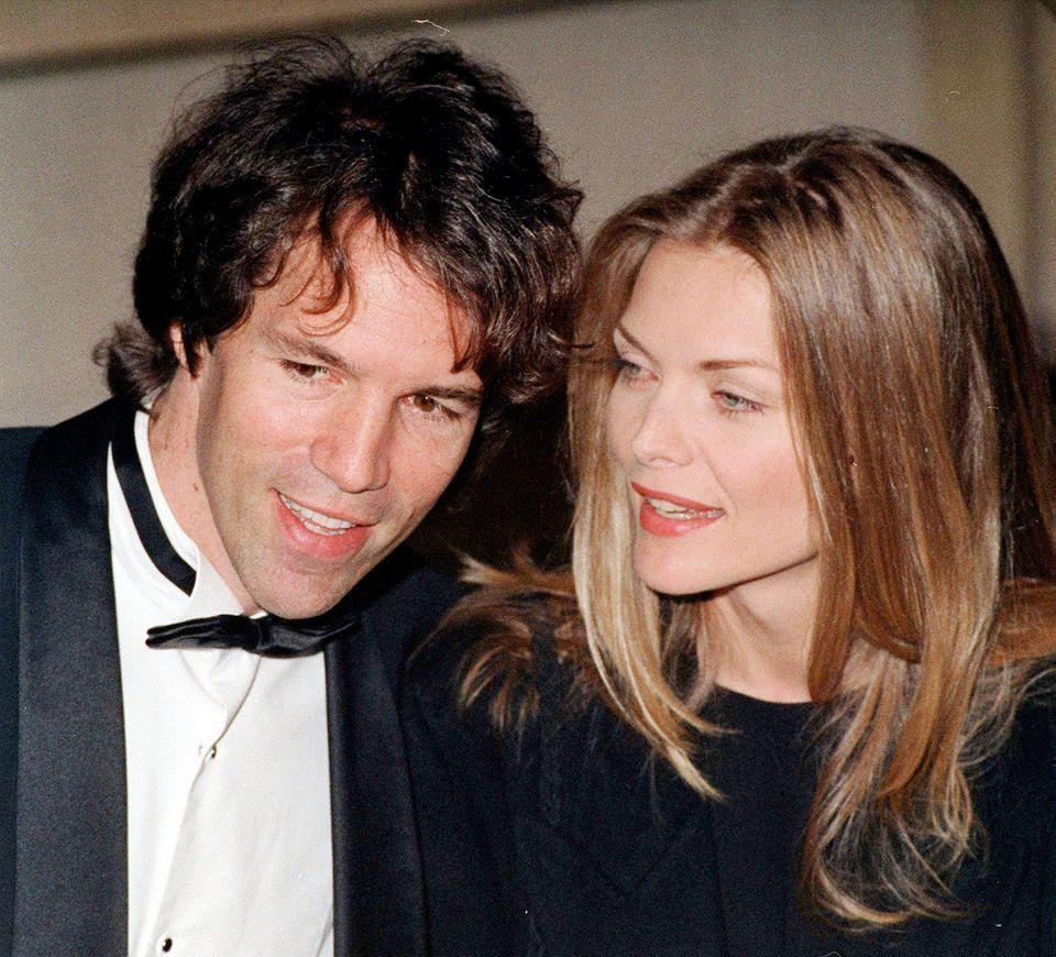 Michelle Pfeiffer und David E. Kelley  Michelle Pfeiffer und David E. Kelley sind bereits seit 27 Jahren verheiratet - eher eine Seltenheit in Hollywood.Die Schauspielerin und der Fernsehproduzent gaben sich 1993 das Jawort und gehen seitdem glücklich vereint durchs Leben. Zusammen haben sie einen Sohn, John, sowie TochterClaudia, die Michelle bereits vor ihrer Beziehung adoptierte.