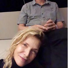 """Das Paar hält sein Privatleben weitestgehend aus der Öffentlichkeit heraus, aber zum Hochzeitstag macht es eine kleine Ausnahme.Michelle Pfeiffer teilteinen persönlichen Schnappschuss auf Instagram, der sie zu Hause neben ihrem mittlerweile ergrauten Ehemann zeigt. """"Mein Ein und Alles seit 27 Jahren"""", sind ihre liebevollen Worte dazu."""