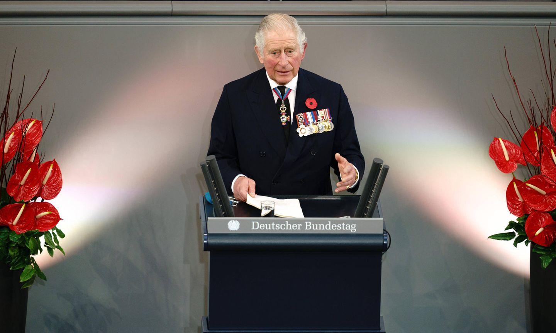 Prinz Charles hält in der zentralen Gedenkveranstaltung zum Volkstrauertag imDeutschen Bundestages eine Ansprache. Dass das Gedenken in diesem Jahr - 75 Jahre nach Ende des Zweiten Weltkrieges - im Zeichen der deutsch-britischen Partnerschaft steht, unterstreicht der britische Thronfolger auch damit, dass er seine Redeim Wechsel auf Deutsch und Englisch hält.