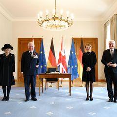 15. November 2020  Herzogin Camilla und Prinz Charles sind auf Einladung von BundespräsidentFrank-Walter Steinmeier nach Berlin gekommen, wo sie von ihm undund seiner Frau Elke Büdenbender auf Schloss Bellevue empfangen werden. Als erstes Mitglied der britischen Königsfamilie wird der Prince of Wales später eineRedezum Volkstrauertag halten. DerGedenktag für die Opfer des Nationalsozialismus und die Toten beider Weltkriege ist in diesem Jahrder deutsch-britischen Freundschaft gewidmet.