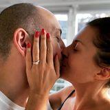 Vanessa Blumhagen zeigt ihren Verlobungsring