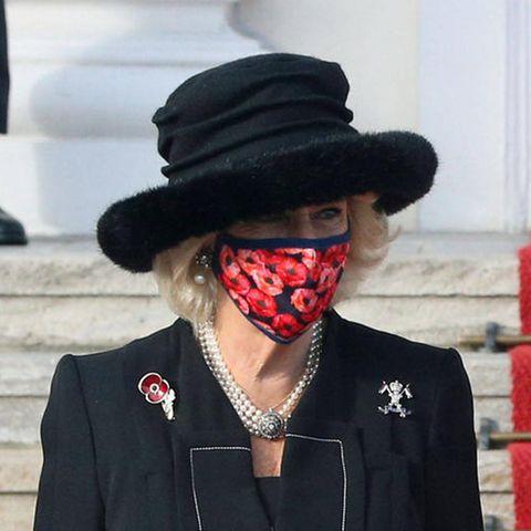 Der ausladende schwarze Hut mit Fake-Fur an der Hutkrempe wirkt altbacken und nimmt dem Look die modische Raffinesse.
