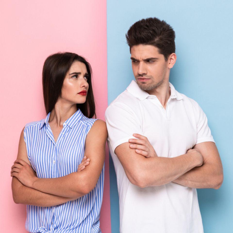 Welche Sternzeichen passen nicht zusammen: Frau und Mann drehen sich den Rücken zu.