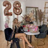 """16. November 2020  Es dürfen zwar aktuell gerade keine goßen Partys gefeiert werden, das hält Gerda Lewis jedoch nicht davon ab, ihren 28. wie eine """"Queen"""" zu feiern. Mit Kroneauf dem Kopf und im sexy Outfit, sitzt Gerda vor einem großzügig gedecktem Gabentisch mit Luftballons, Blumen, Geschenken und einer eindrucksvollen Geburtstagstorte."""