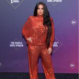 """Pailletten soweit das Auge reicht: Sängerin Demi Lovato setzt auf einen Knaller-Look bei den """"People's Choice Awards"""". In einem orangefarbenen Zweiteiler des indisch-amerikanischen DesignersNaeem Khan für etwa 2.000 Euro zieht die 28-Jährige alle Blicke auf sich. An dem Abend zieht sich die Sängerin insgesamt viermal um, unser Lieblingslook ist jedoch dieser hier."""