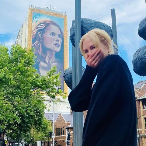"""16. November 2020  In Sydney freut sich Nicole Kidman wie ein kleines Kind über ihr Antlitz auf einer großen """"The Undoing""""-Werbetafel."""