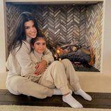 16. November 2020  Kourtney Kardashian und ihre Tochter Penelope haben es sich in ihrem Wohlfühl-Outfit im Partnerlook zu Hause vor dem Kamin gemütlich gemacht. So kuschelig kann ihnen auch die kälteste Jahreszeit nichts anhaben.
