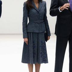 Beider Eröffnung des Universitätskrankenhauses in Toledo besticht Königin Letizia in dieser zauberhaften Tweed-Kombi des spanischen FashionlabelsFelipe Varela. Der taillierte Blazer macht eine fabelhafte Silhouette. Das ist ein Business-Lookwie er im Buche steht.